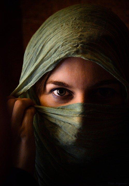 Une femme qui cache son nez. | Photo : Pixabay