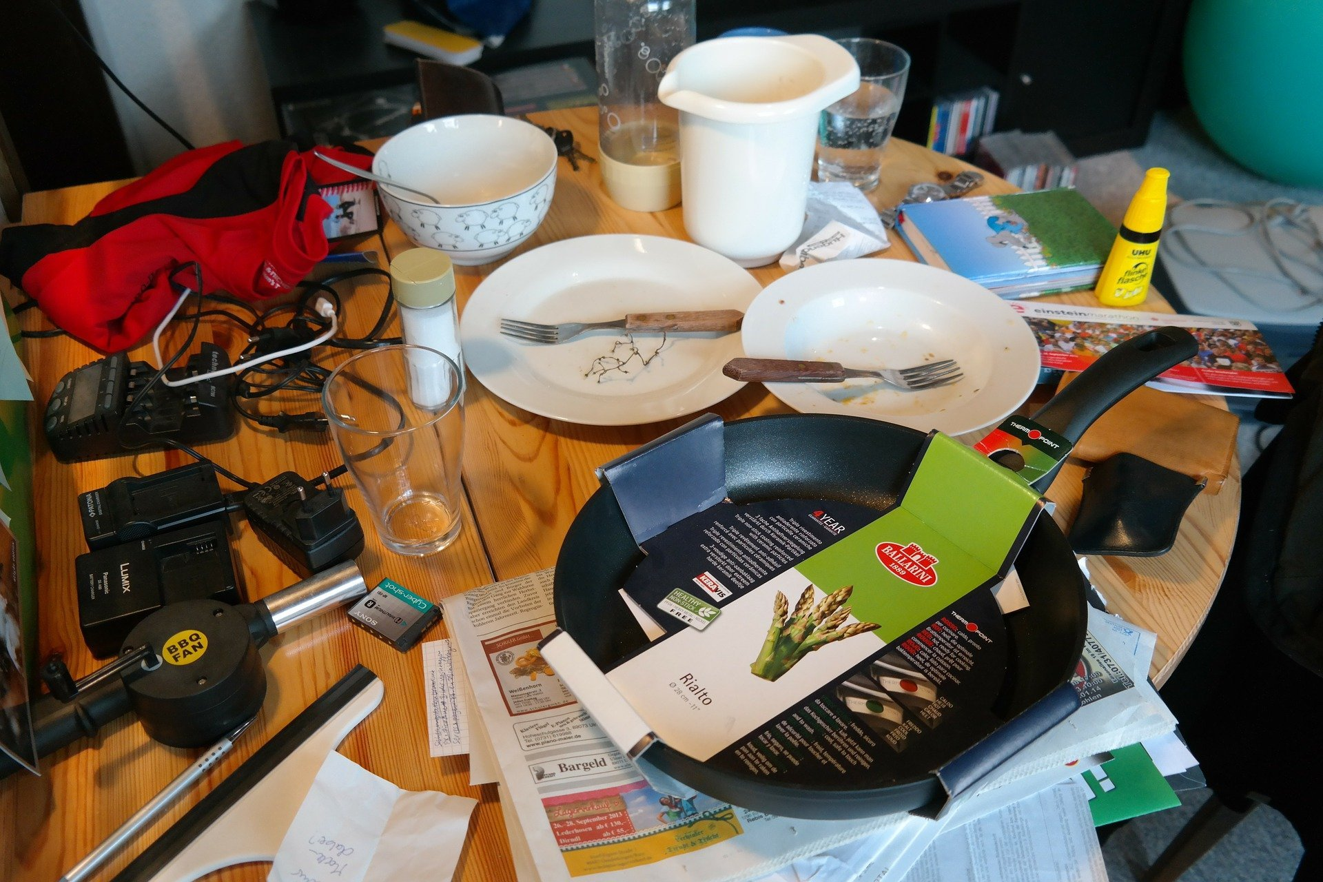 Cluttered mess on the dinner table.   Source: Hans Braxmeier/Pixabay