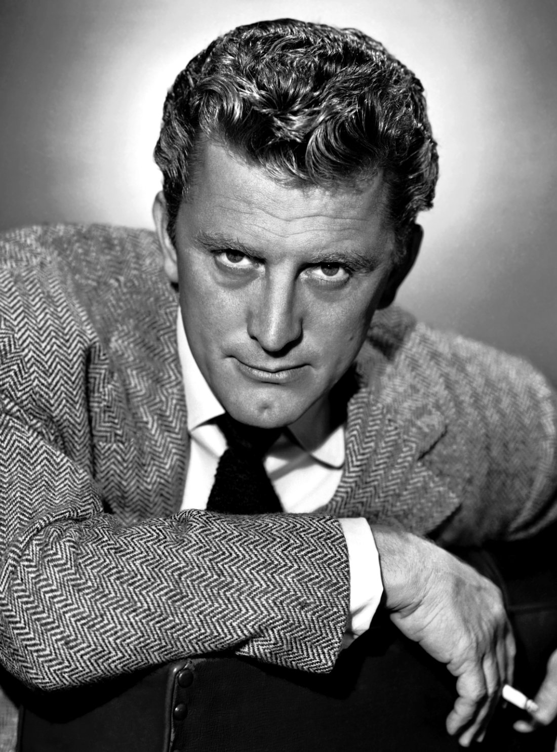 Publicity photo of Kirk Douglas nin the early '50s | Photo: Wikimedia Commons Images