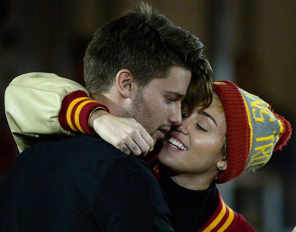 Miley Cyrus and Patrick Schwarzenegger during the game between the California Golden Bears and the USC Trojans on November 13, 2014. | Photo: GettyImages