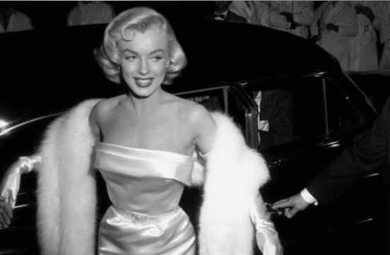 """Marilyn Monroe (1926 - 1962) bei ihrer Ankunft zur Premiere des Films """"There's No Business like Show Business"""". 