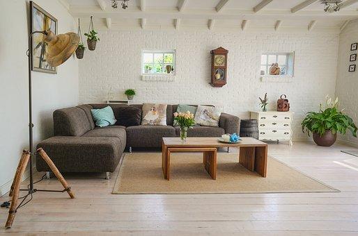 Un living spacieux et ses meubles dans un décor minimaliste. | Pixabay