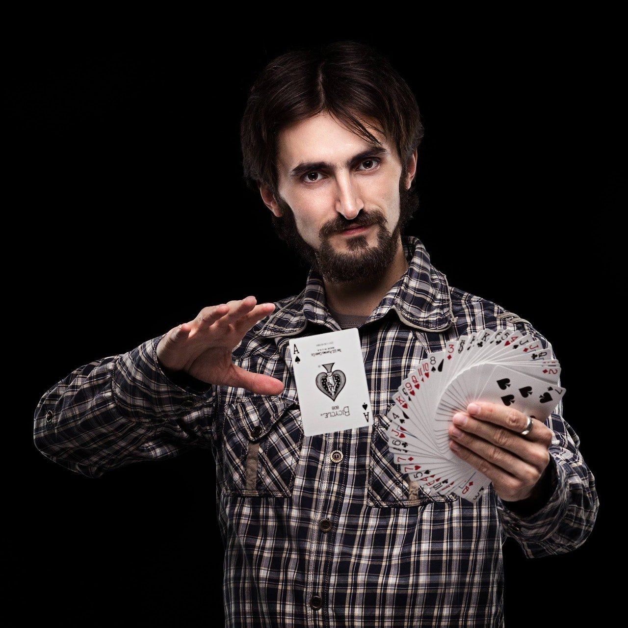 Photo of a magician holding a deck of cards | Photo: Pexels