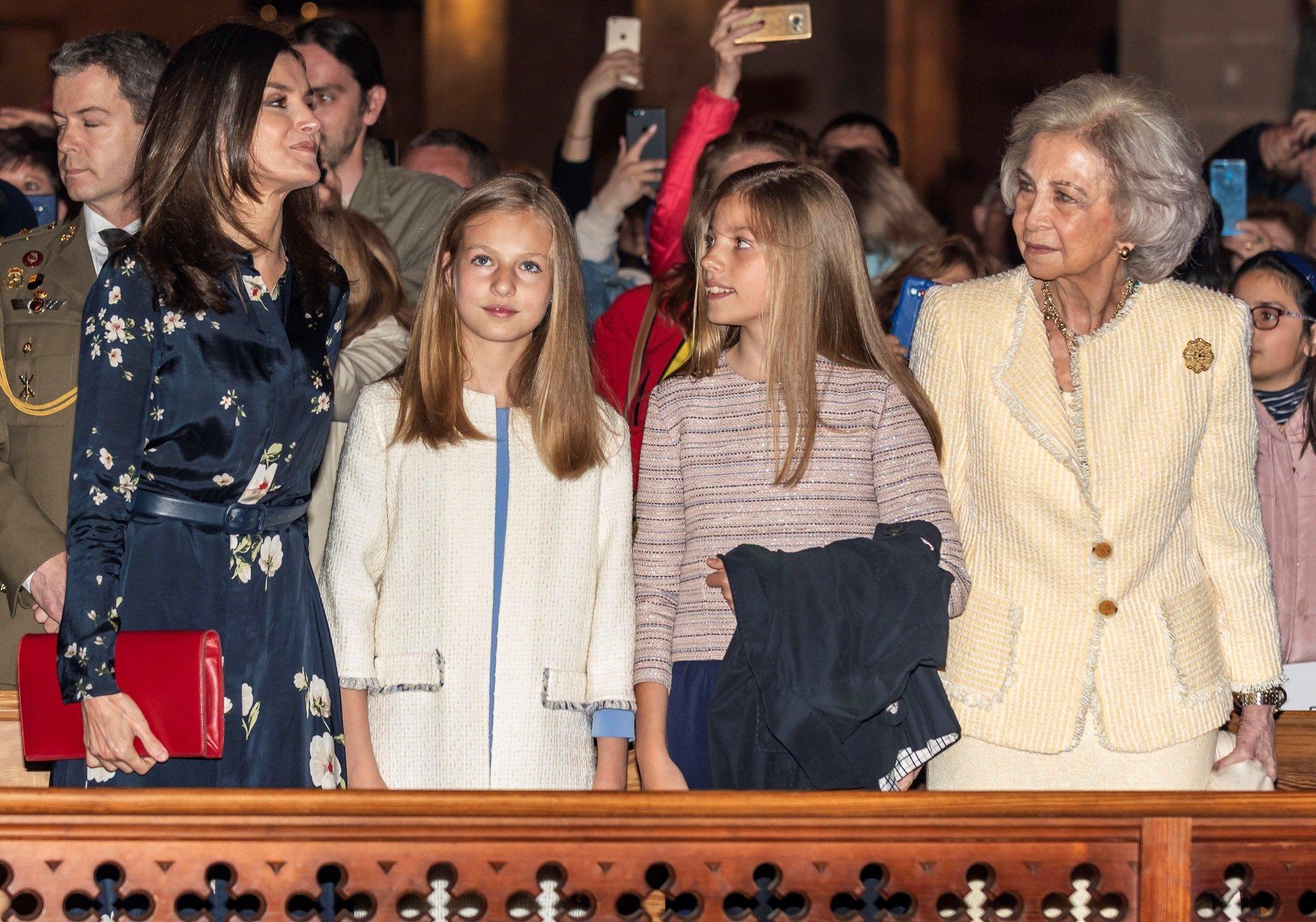 La Reina Letizia de España, la Princesa Leonor de España, la Princesa Sofía de España y la Reina Sofía de España en la misa de pascua de la Catedral de Palma de Mallorca en 2019. || Fuente: Getty Images