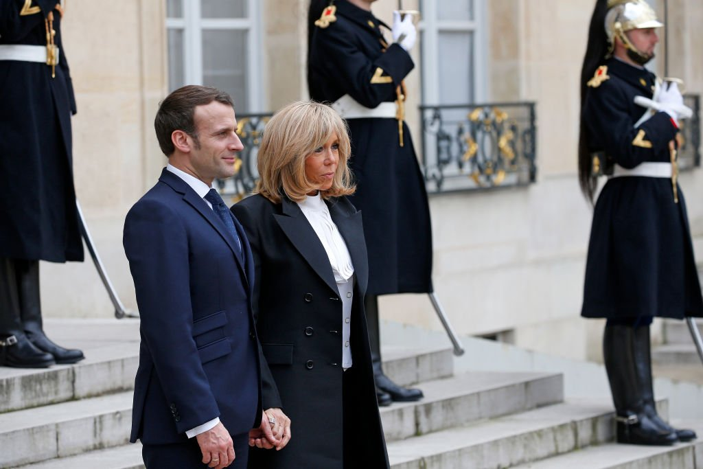 Emmanuel et Brigitte Macron le 11 mars 2020 sur les marches de l'Élysée. l Photo : Getty Images