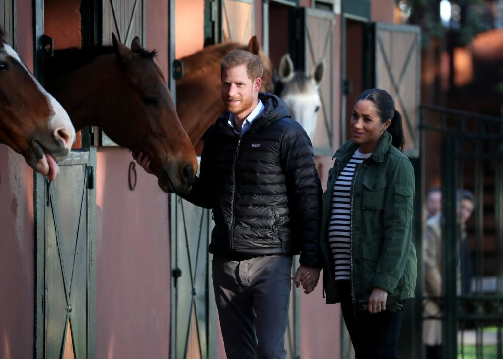 Meghan und Harry im Stall | Quelle: Getty Images