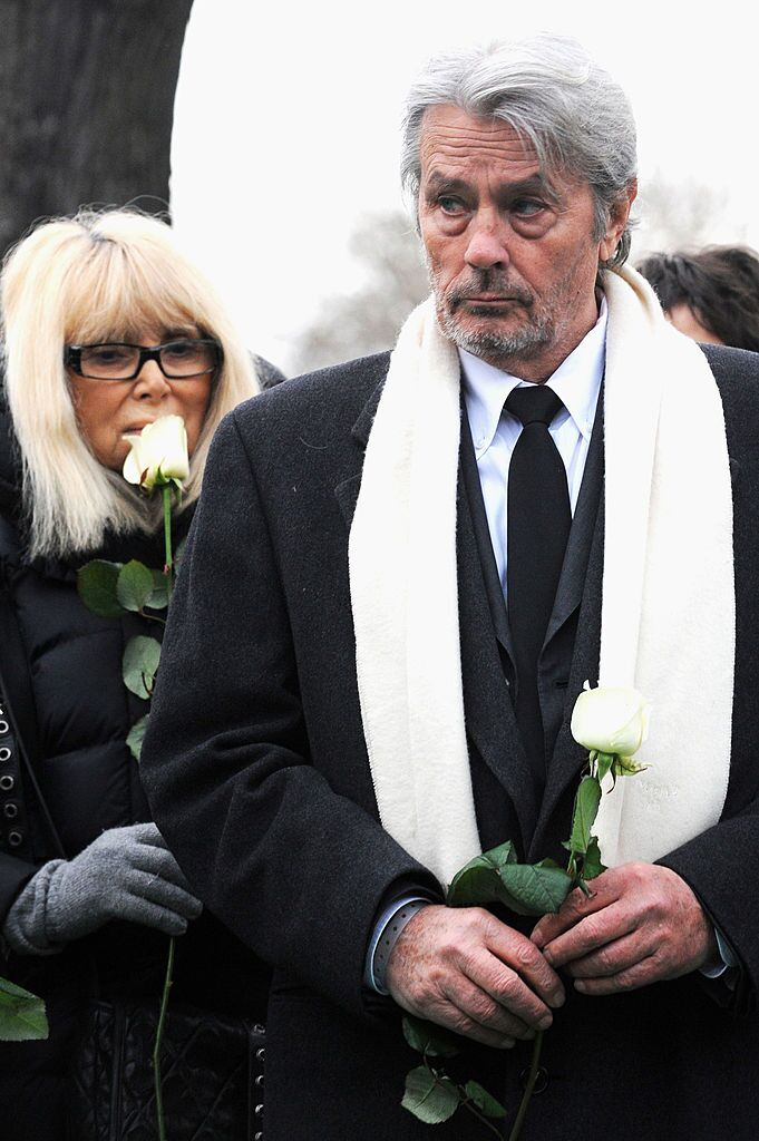 Delon assistent aux funérailles du producteur Georges Cravenne au cimetière de Montparnasse à Paris, France. | Photo : Getty Images