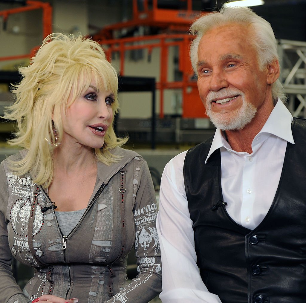 Dolly Parton and Kenny Rogers backstage at the Kenny Rogers: The First 50 Years show at the MGM Grand at Foxwoods in Ledyard Center, Connecticut | Photo: Rick Diamond/Getty Images