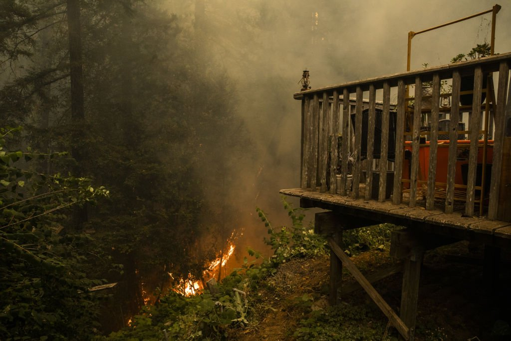 Fire approaches a home along Pine Flat Road after the CZU Lightning Complex fire | Photo: Getty Images