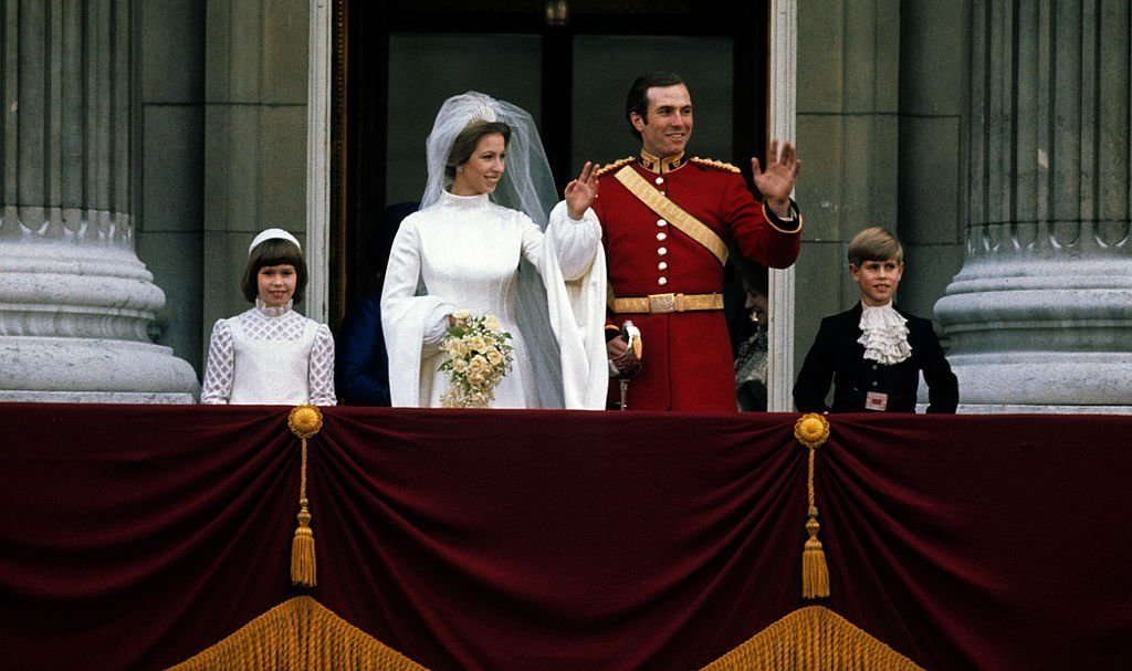 Princess Anne & Mark Phillips wave from the balcony of Buckingham Palace following their wedding on Nov. 14, 1973 in London, England | Photo: Getty Images