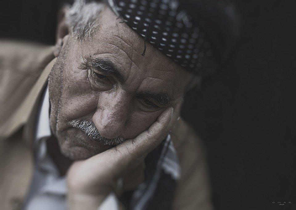 Hombre adulto mayor con gesto de tristeza. | Foto: Pixabay