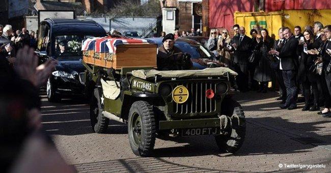 Un ancien combattant décoré de 95 ans s'est rendu à ses funérailles dans une jeep de l'époque de la Seconde Guerre mondiale
