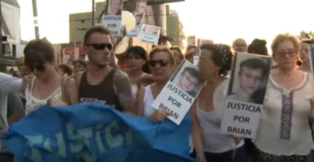 Personas piden justicia para Brian (Foto: YouTube/Télam)