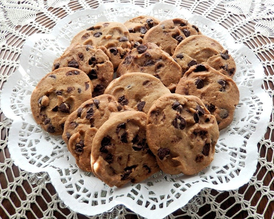 A serving of chocolate chip cookies lying in the kitchen. | Photo: Pixabay