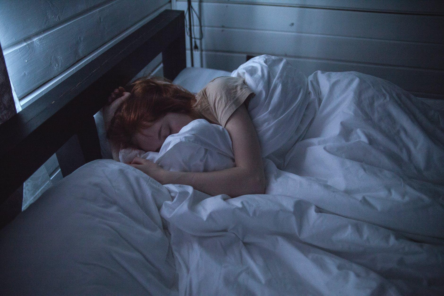 Femme endormie. | Photo : Pexels