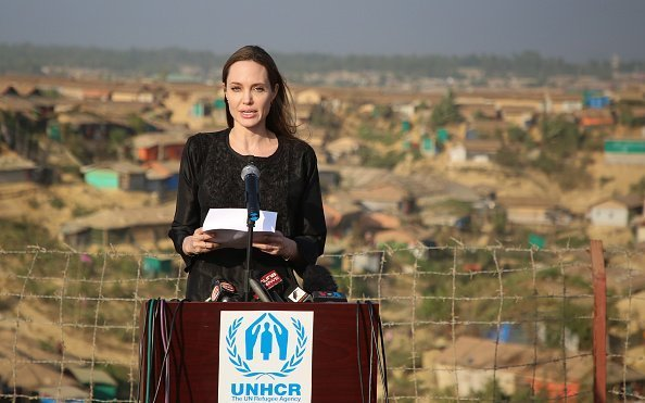 US actress, filmmaker and humanitarian Angelina Jolie, a special envoy for the United Nations High Commissioner for Refugees (UNHCR), addresses a press conference after her visit to the Kutupalong camp for Rohingya refugees in Ukhia in southern Bangladesh on February 5, 2019 | Photo: Getty Images