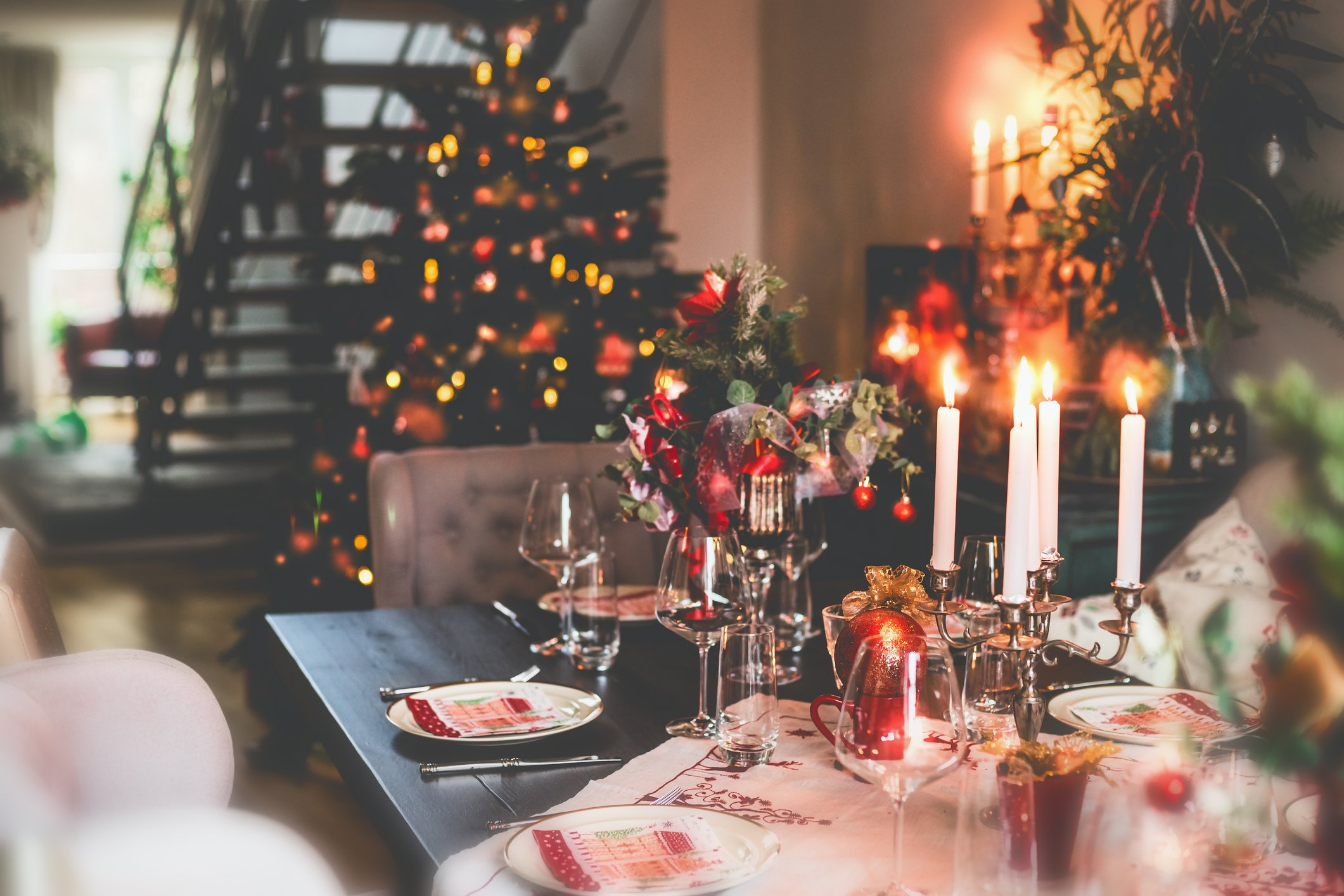 A picture of Christmas dinner table in a cozy room. | Photo: Getty Images