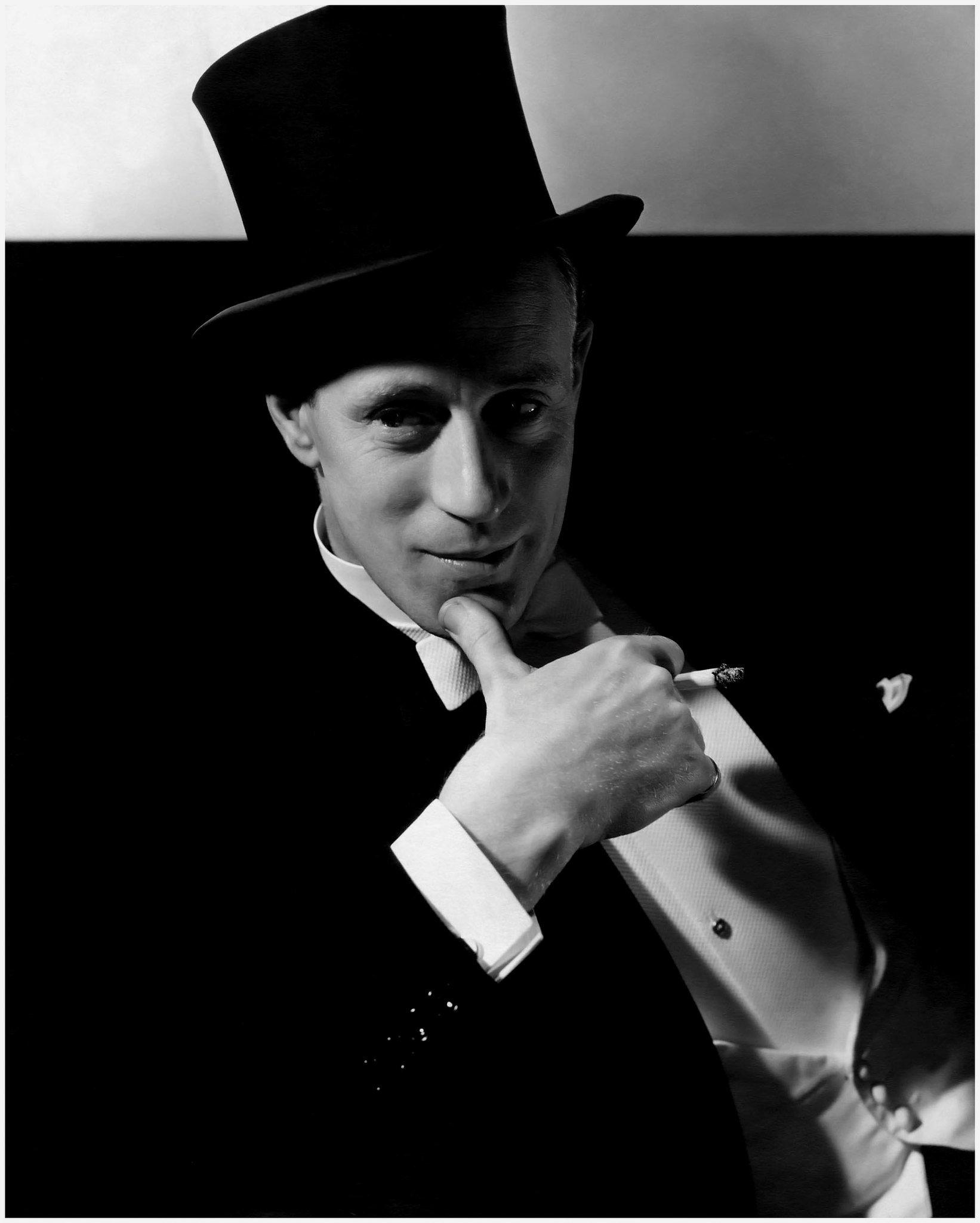 Leslie Howard, actor de teatro y cine, director y productor inglés, vistiendo un sombrero de copa y fumando un cigarrillo. Año 1932. | Imagen: Flickr