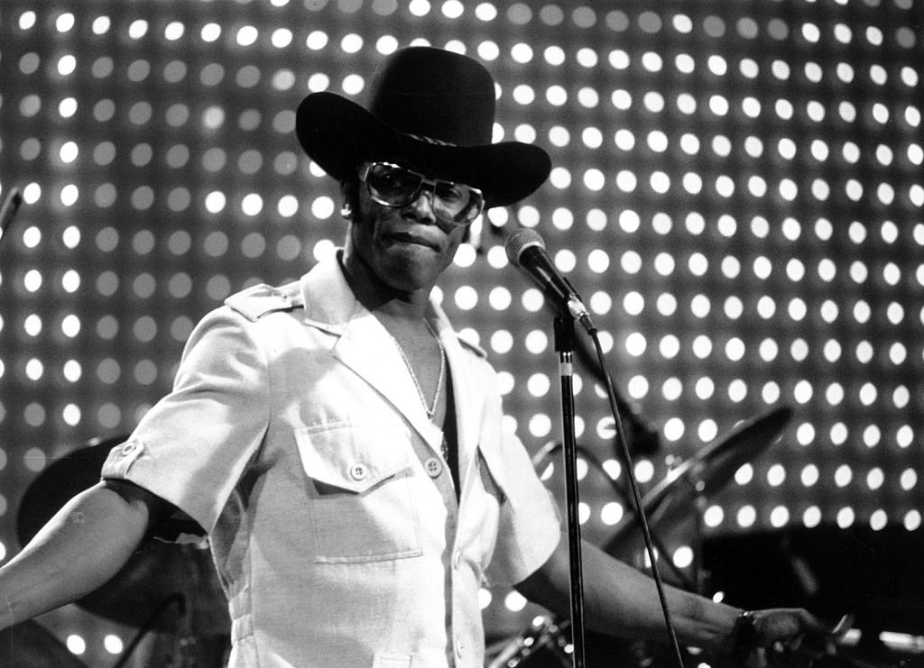 Guitarist and singer Bobby Womack performs on a TV show in July 1974. | Photo: Getty Images