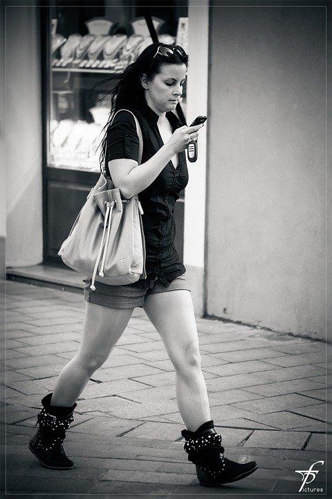 Une jeune femme au téléphone | Photo : Unsplash