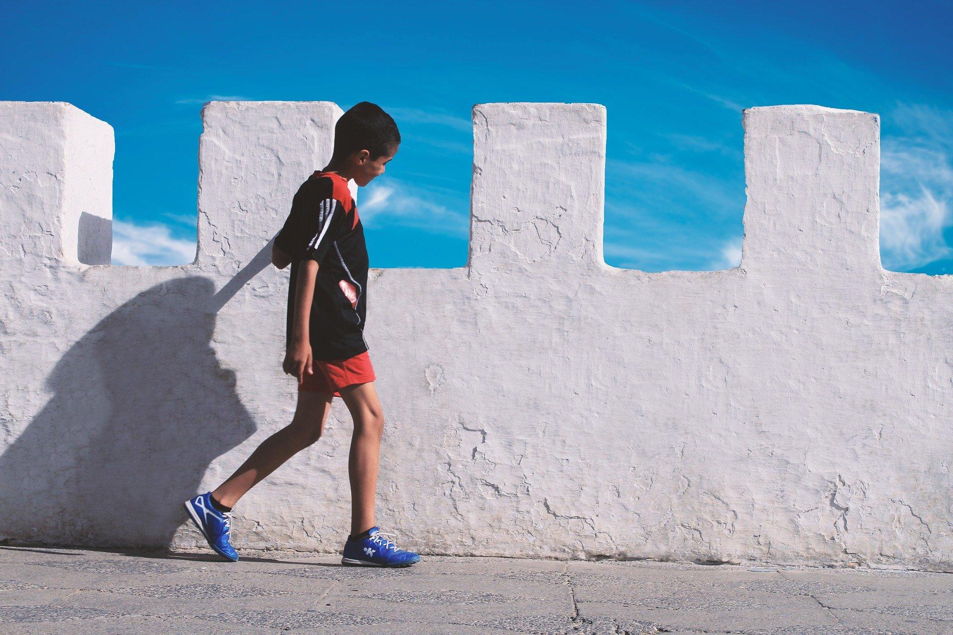 Un garçon marchant dans la rue   Photo : Pixabay