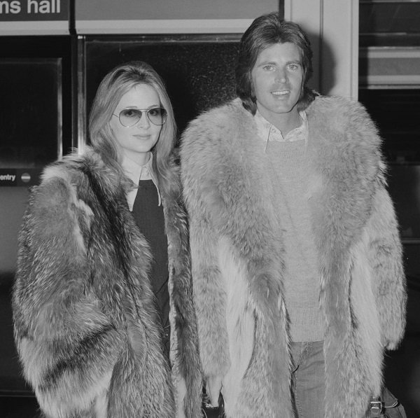 Ricky Nelson and Kristin Harmon at London Airport on February 16, 1972 | Source: Getty Images
