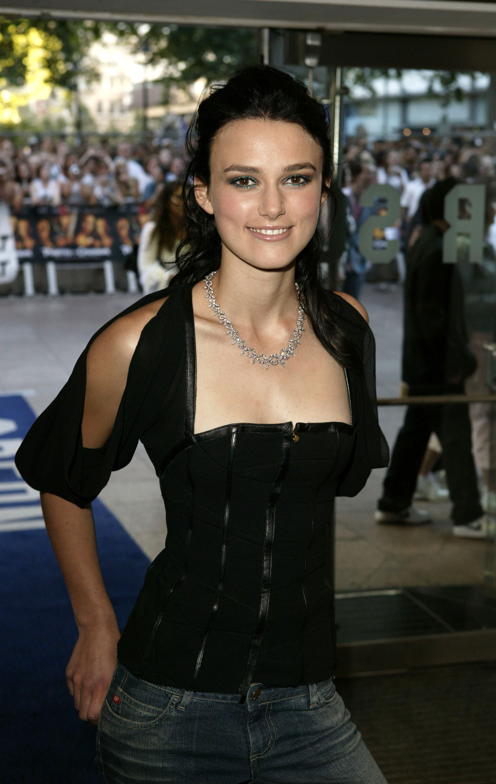 Die Schauspielerin Keira Knightley kommt zur Londoner Premiere von Pirates of the Caribbean - The Curse of the Black Pearl am Odeon Leicester Square am 14. Juli 2003 in London | Quelle: Getty Images