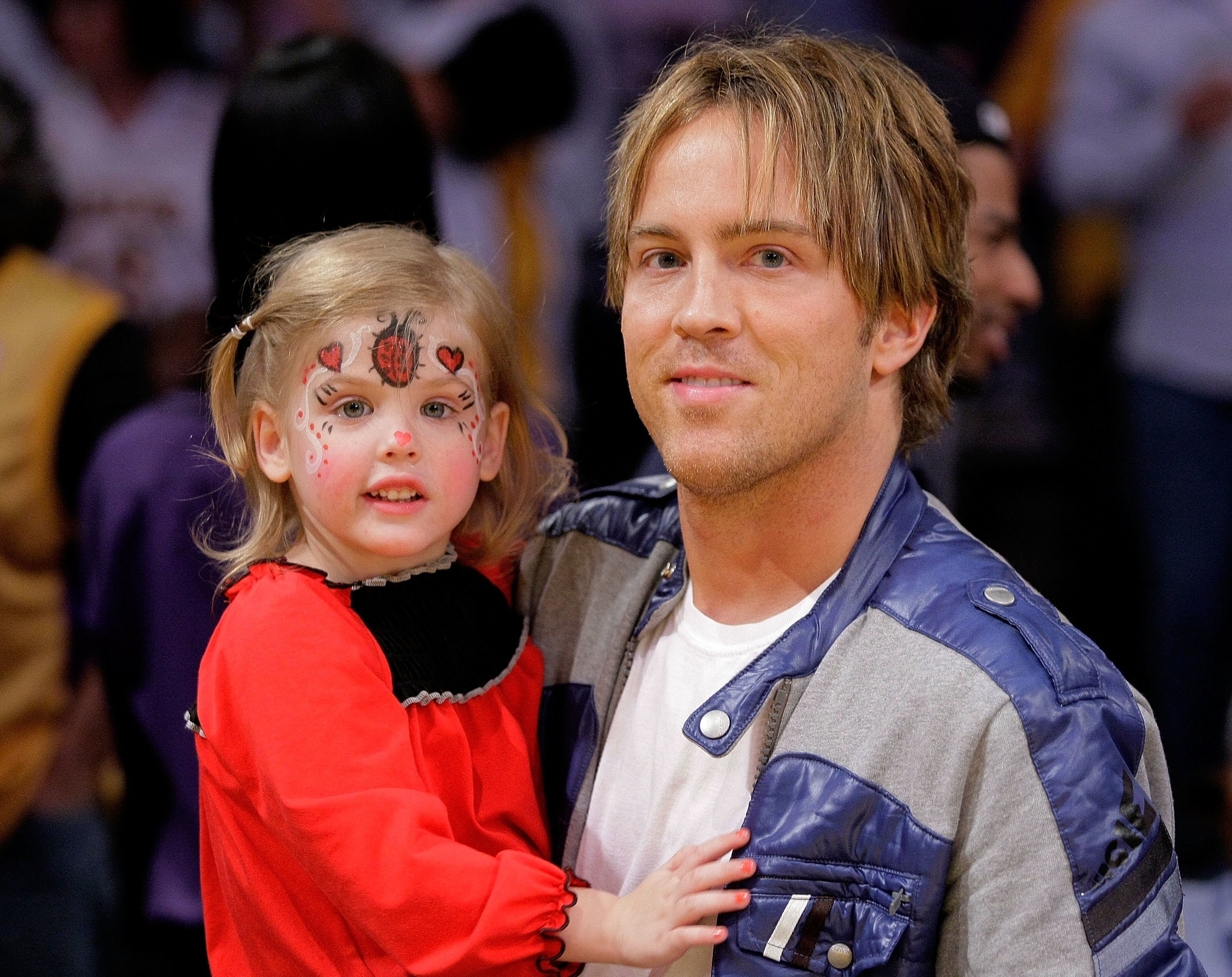 Larry Birkhead and his daughter Dannielynn Birkhead at a game on November 8, 2009 in Los Angeles, California. | Photo: Getty Images