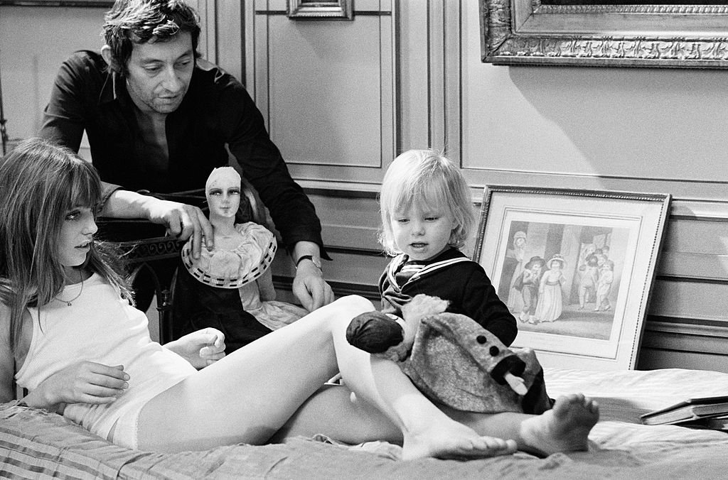 Photos d'archives de Jane Birkin et Serge Gainsbourg avec leur fille Kate à la fin des années soixante. | Photo : Getty Images