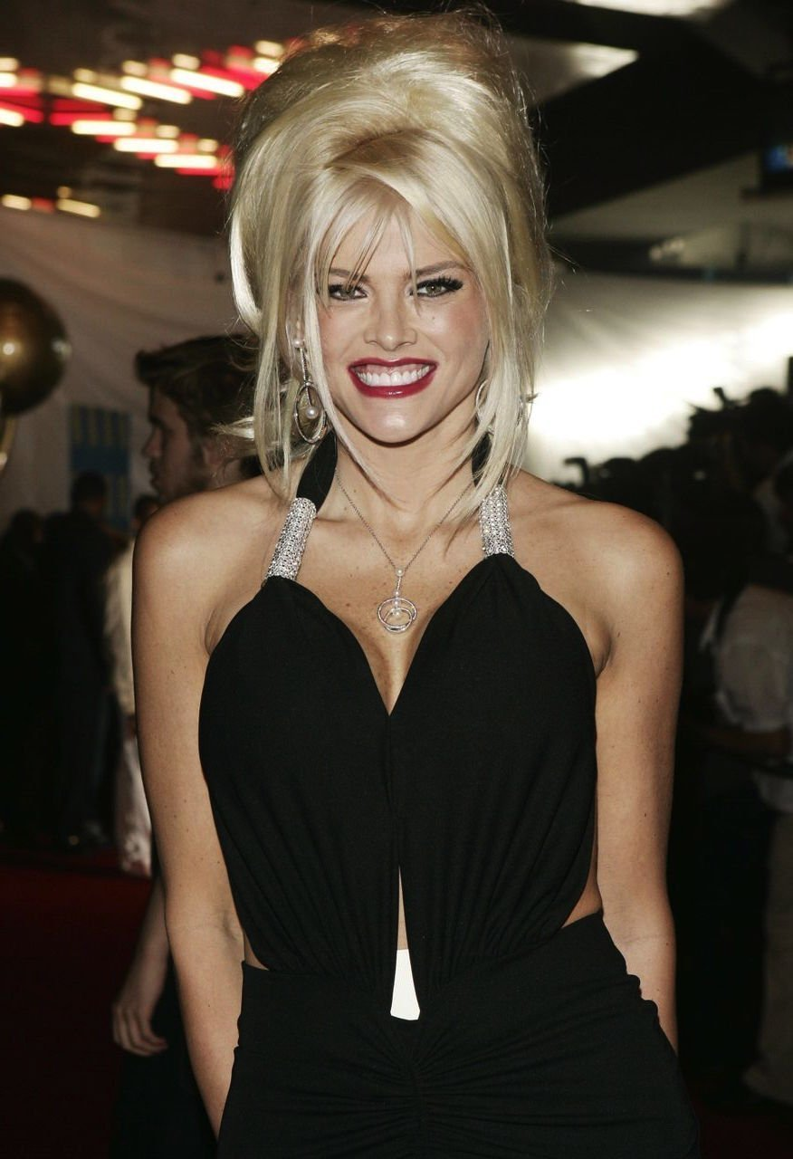 Anna Nicole Smith arrives at the 2004 World Music Awards. | Source: Getty Images