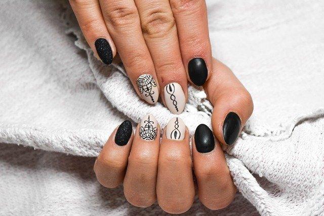 Manos de mujer con uñas pintadas y decoradas. Fuente: Pixabay