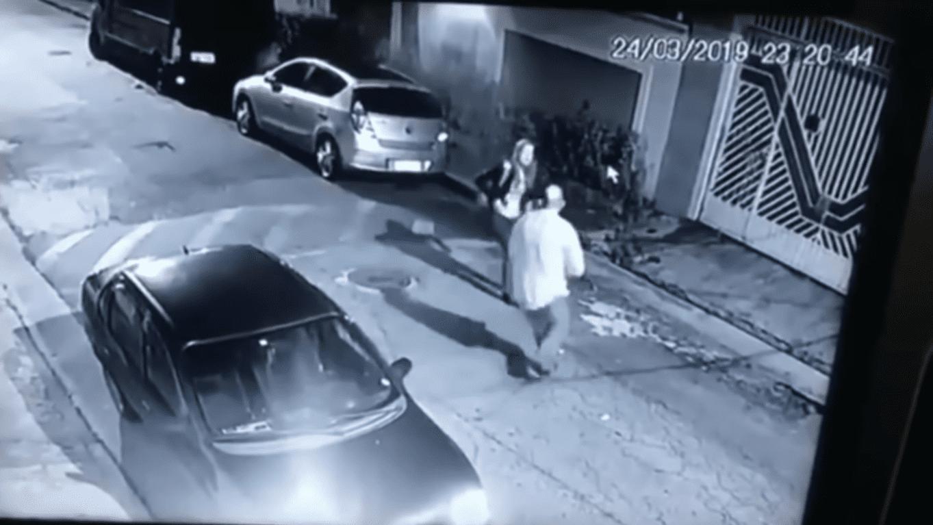 Dos Santos bloqueando el paso de la mujer | Imagen tomada de: YouTube/LiveLeak Channel