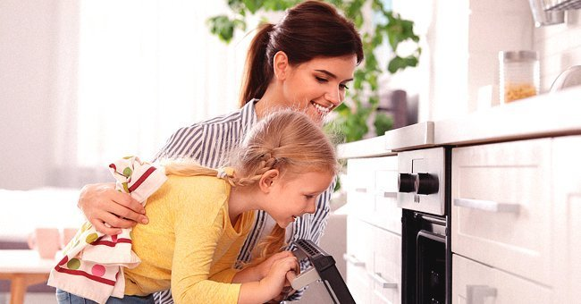 Mother and daughter cooking in the kitchen | Photo: Shutterstock