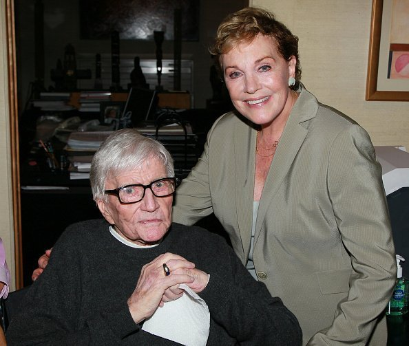 Blake Edwards and wife actress Julie Andrews attend Edwards' art exhibit preview at Leslie Sacks Fine Art | Photo: Getty Images