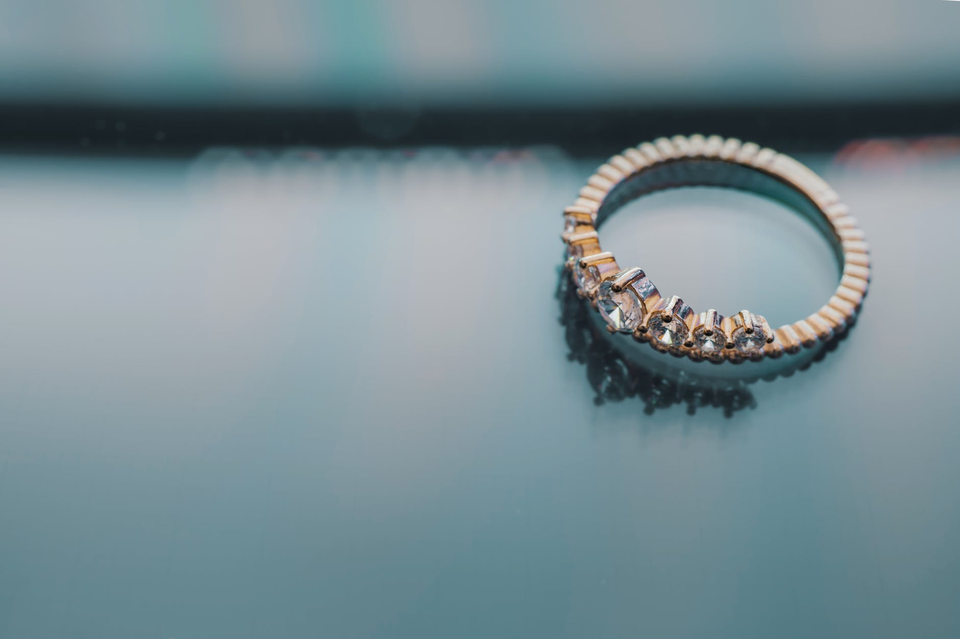 The ring that fell from the couch | Source: Pexels