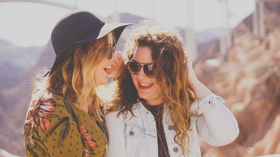 Deux femmes ries.   Photo : Pixabay