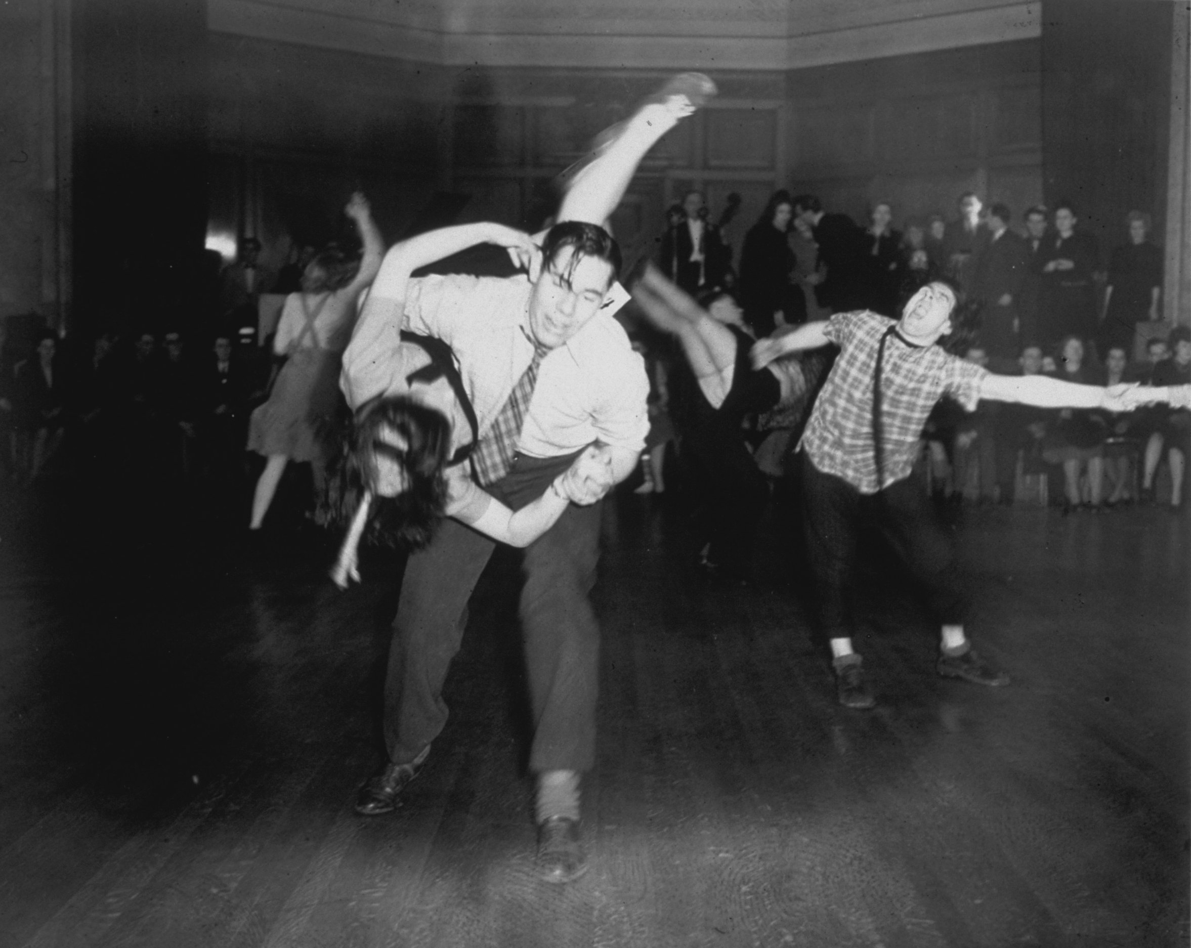 A typical 1940s nightclub scene, Baywater, UK. 1943 | Photo: Getty Images