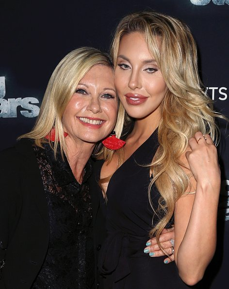 Olivia Newton-John (L) and daughter actress/singer Chloe Lattanzi at 'Dancing with the Stars' Season 21 on October 19, 2015 | Photo: Getty Images