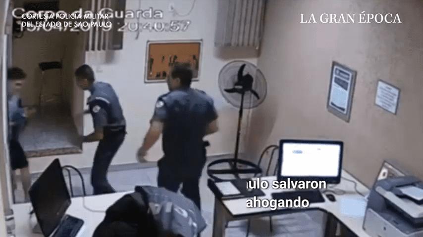 Policías en comisaría │ Imagen tomada de: YouTube / La gran epoca
