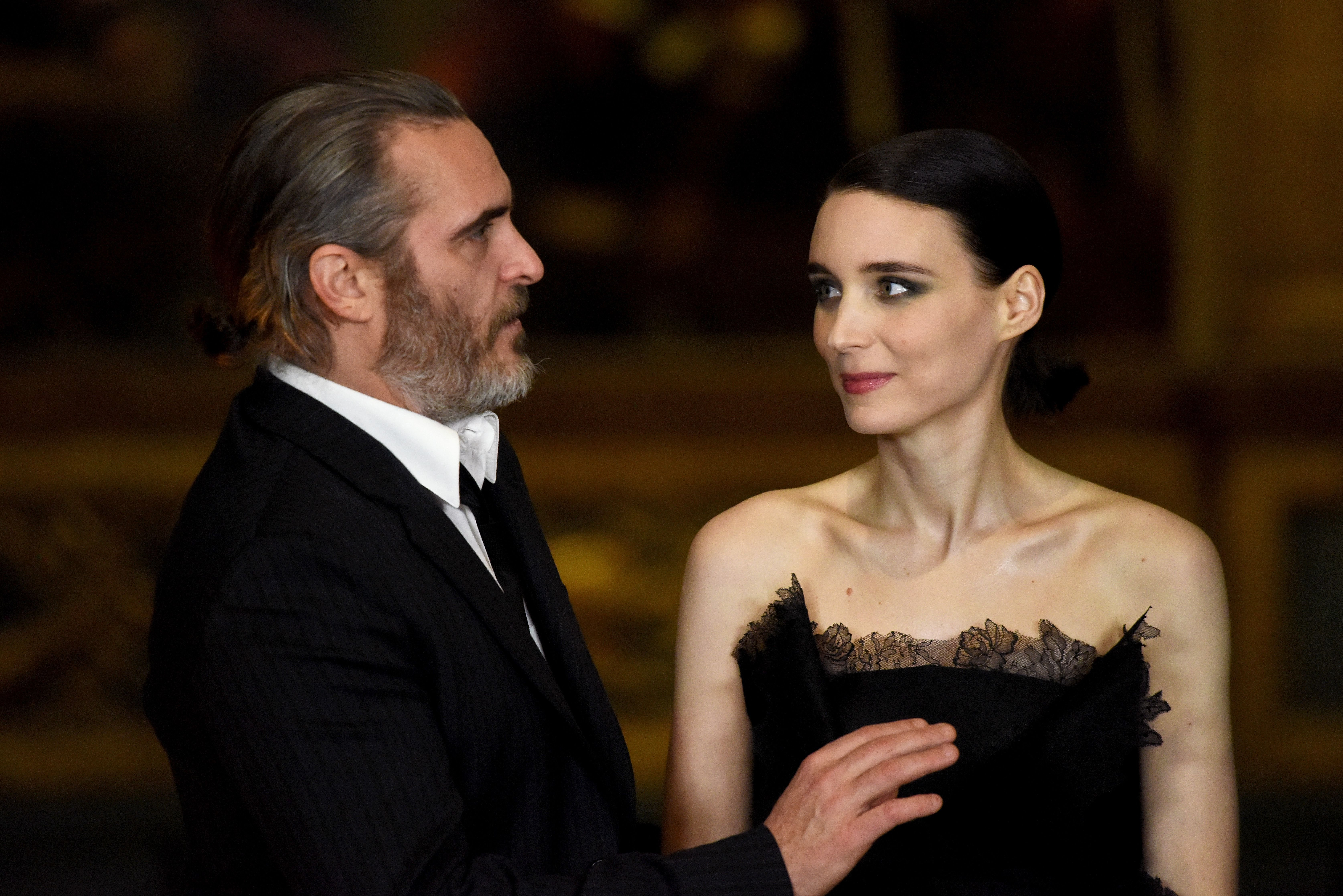 LONDON, ENGLAND - FEBRUARY 26: Joaquin Phoenix (L) and Rooney Mara attend the 'Mary Magdalene' special screening held at The National Gallery on February 26, 2018 in London, England. | Foto von: Dave J Hogan/Dave J Hogan/Getty Images