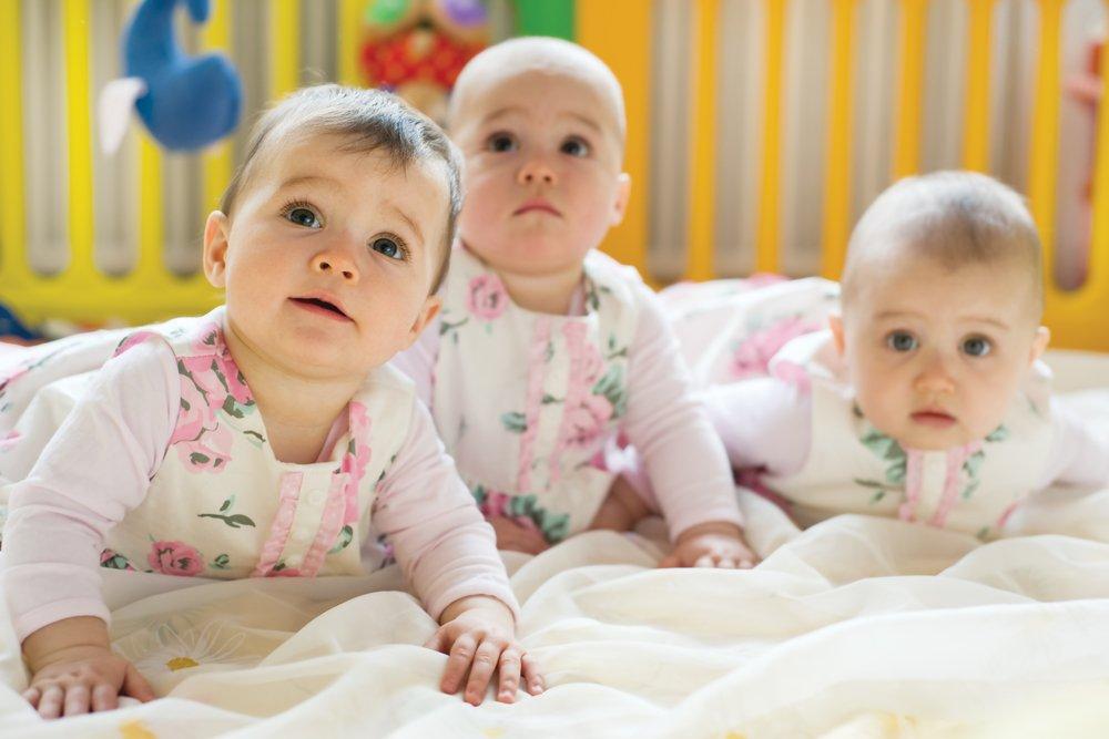 Drillinge lächeln in die Kamera | Quelle: Shutterstock