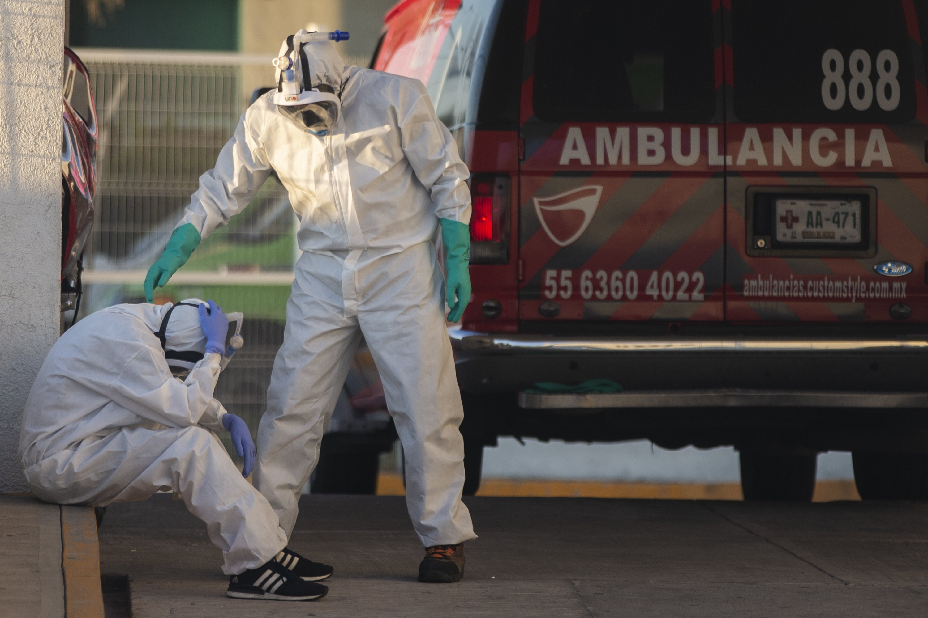 A paramedic puts his hands to his head while at the emergency entrance of the Hospital de las Américas in Ecatepec on May 2, 2020, in Mexico City, Mexico. | Source: Getty Images.