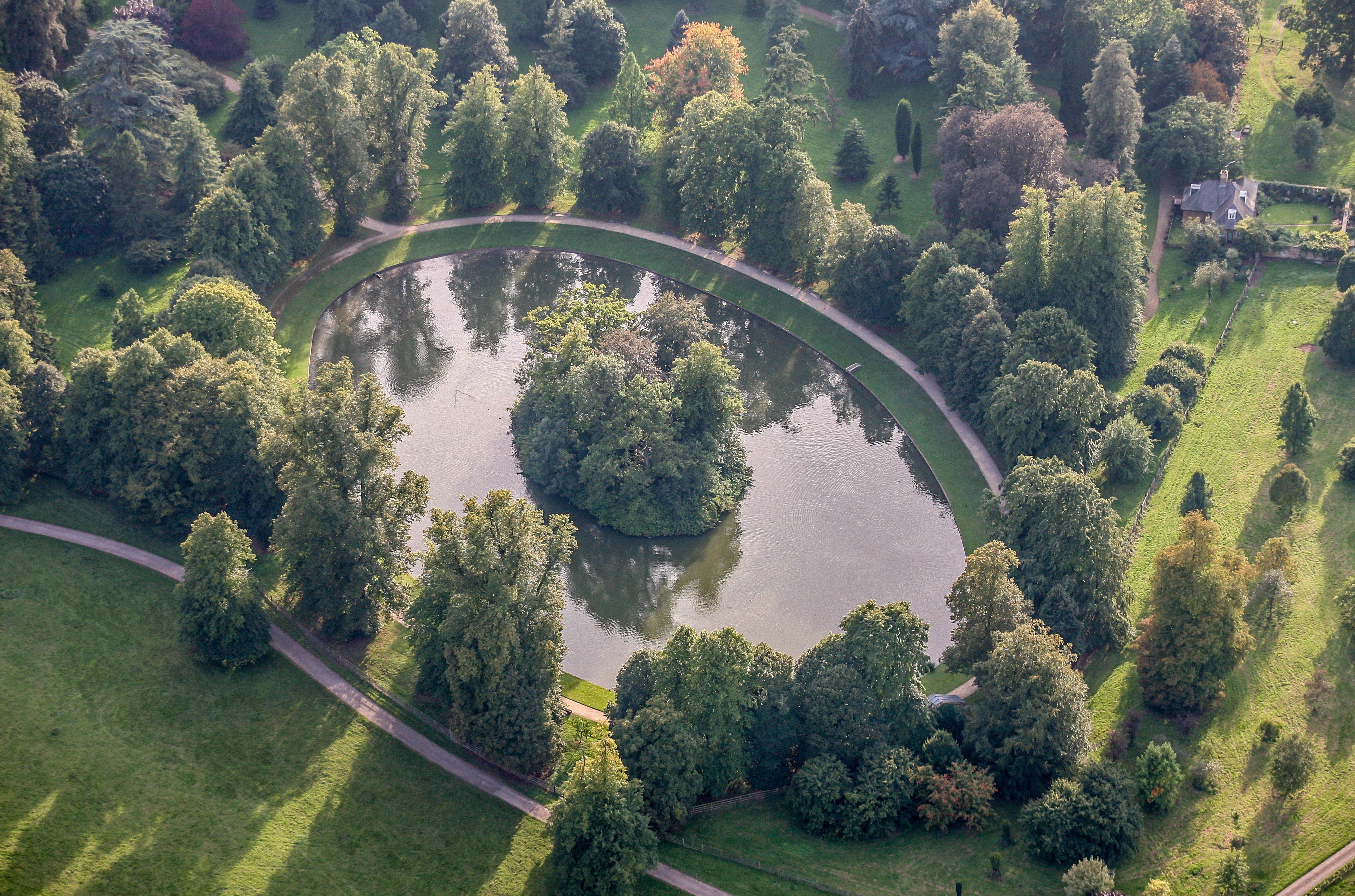 Vista aérea de la Isla Óvalo, en el lago Óvalo Redondo, sitio donde yacen los restos de Diana, Princesa de Gales, en los terrenos de la Casa Althorp, Northampton, Inglaterra | Fuente: Getty Images