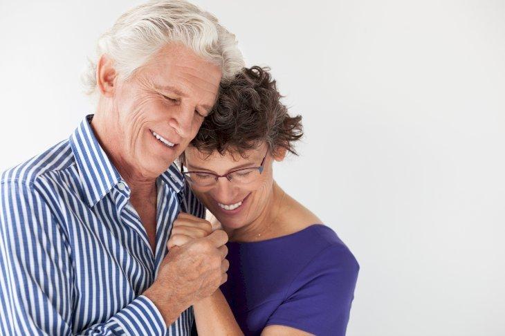 Deux couples qui se tiennent dans les bras | Photo : Pixabay