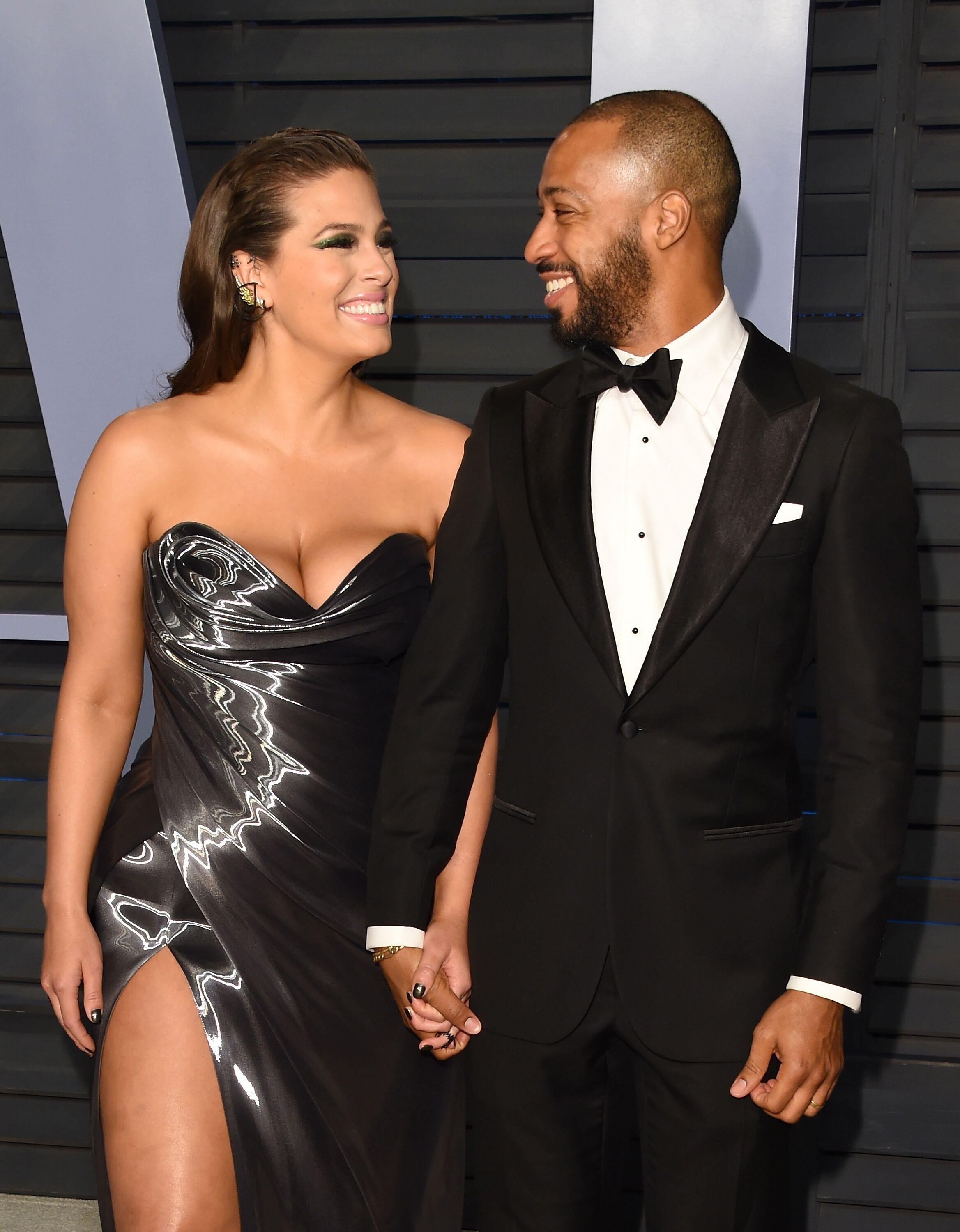 Ashley Graham and Justin Ervin attend the 2018 Vanity Fair Oscar Party hosted by Radhika Jones at the Wallis Annenberg Center for the Performing Arts on March 4, 2018 in Beverly Hills, California | Photo: Getty Images