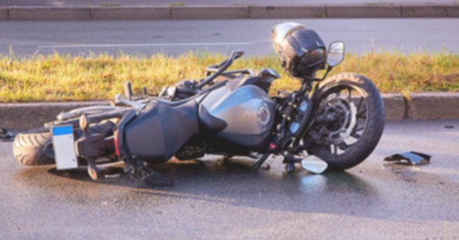 A crashed motorcycle by the side of the road. | Photo: Shutterstock