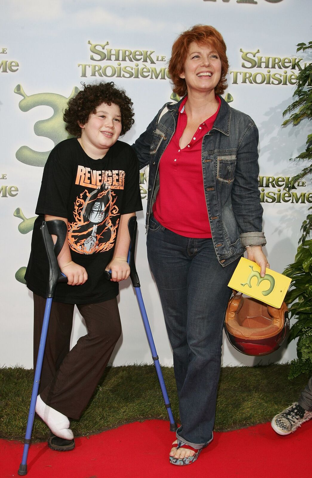 "Véronique Genest pose avec son fils pour assister à la première du film de Chris Miller ""Shrek 3"" à Paris, France. Photo : Getty Images"