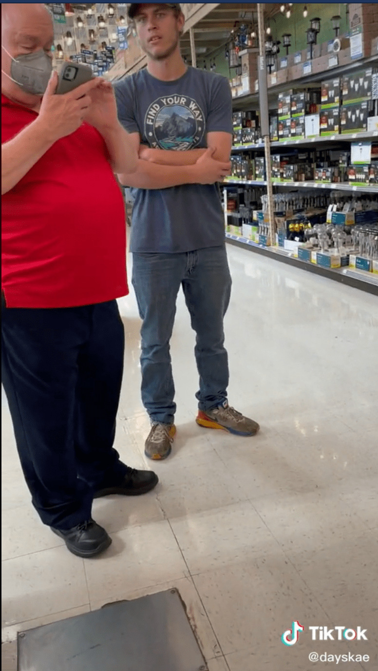 Man being reprimanded for taking creepy pictures at the mall. | Photo: Tiktok.com/@dayskae