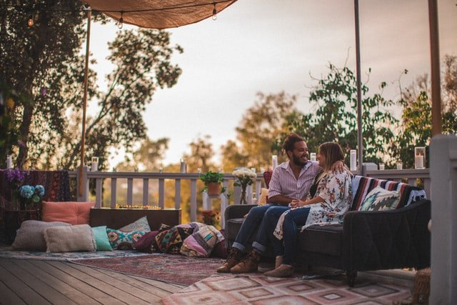 man and woman sitting on bench outside | Source: Unsplash
