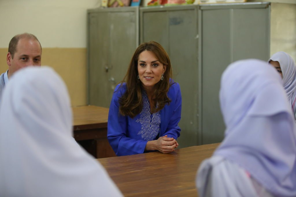 Prince William and Kate Middleton talk to students during the visit to a school in Islamabad, Pakistan. | Photo: Getty Images